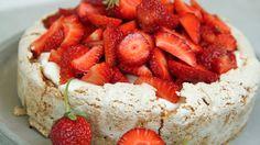 Det er de norske jordbærene som gjør denne kaken til en fryd. Den består av mandelbunn med pisket krem og masse jordbær. Lise Finckenhagen pynter kaken med revet sjokolade og mynteblader.