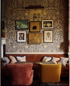 Would have a kitchen wall like this, velvet chairs and all Vogue's idyllische roadtrip over het Zuid-Engelse platteland My Living Room, Home And Living, Living Spaces, Home Interior, Interior And Exterior, Interior Decorating, Antique Interior, Interior Plants, Interior Design Inspiration