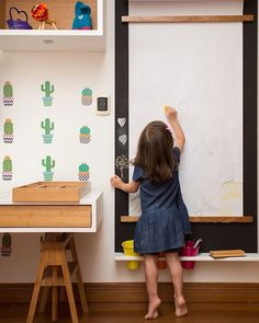 Um painel de lousa com bobina de papel por cima. Assim, Sofia desenha com giz ou canetinhas. Feito por @hana.lerner.arquitetura, no projeto com os acessórios da @ninamoraesdesign. Foto @raizesfotografia #natocadesign #quartodecriança #kidsroom #quartoinfantil #instakids #decor #decoration #decoração #bedroom #bedroomdecor #instainspiration #instadecor #kidsdecor