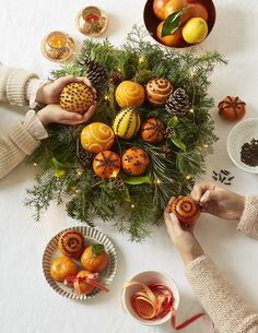Decorate a Christmas orange with cloves - Marie Claire Ides - - Dcorer une orange de Nol avec des clous de girofle How to make an amber apple with oranges and cloves Natural Christmas, Nordic Christmas, Christmas Holidays, Christmas Wreaths, Christmas Crafts, Christmas Decorations, Christmas Ornaments, Christmas Oranges, Advent Wreaths