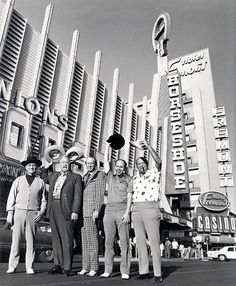 A group of players outside of Binion's Horseshoe in The players pictured are (from left to right) Johnny Moss, Chill Wills, Amarillo Slim, Jack Binion, and Puggy Pearson. Vegas Fun, Vegas Casino, Las Vegas Nevada, Las Vegas Restaurants, Old Photos, Vintage Photos, Vintage Signs, World Series Of Poker, Photography Basics
