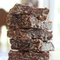 Best-Ever Chocolate Oatmeal No-Bake Bars - honey, oats, coconut oil- no refined sugars or flours, yum! Chocolate Oatmeal, Semi Sweet Chocolate Chips, Chocolate Bars, Healthy Snacks To Make, Healthy Sweets, Healthy Tips, Healthy Food, Sin Gluten, No Bake Desserts