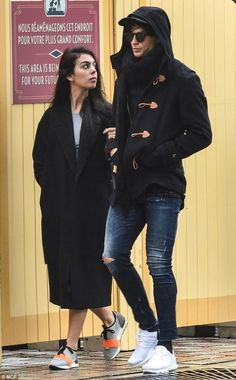 In good company: Real Madrid midfielder Cristiano Ronaldo was joined by new girlfriend Georgina Rodriguez for an incognito appearance at Disneyland Paris Cristiano Ronaldo Girlfriend, Cristiano Ronaldo Style, Cristino Ronaldo, Cristiano Ronaldo Freundin, Black Shirt With Jeans, Cr7 Junior, Urban Fashion, Mens Fashion, Look Jean