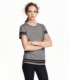 Short-sleeved, soft jersey top in a loose, straight cut.
