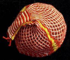 Replika koptské čapky z 5.-7. století, 1999. Krosienky, vlna. Pro Uměleckoprůmyslové museum v Praze vytvořila Alena Samohýlová.