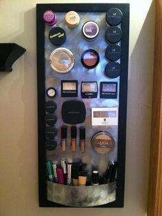 Bevestig een magneetje achter de verpakkingen van je make-up en plaats deze tegen een magneetbord.