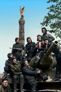 Soldados soviéticos celebrando la victoria en Berlin