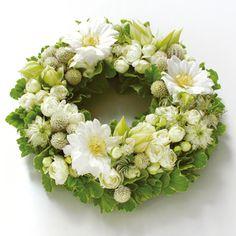 ★Anniversaire (アニヴェルセル:お祝い)清潔感あふれる白い花々が、心からの祝福の気持ちをお届けします。 結婚祝いや誕生祝いに最適。白いお花をメインにアレンジしています。S:5,250円(税込み) $70 #kusakanmuri
