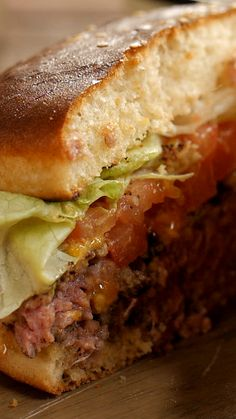 Cheeseburger - Un cheeseburger maison, simple et rapide. Cooking With Kids Easy, Cooking Recipes For Dinner, Easy Meals For Kids, Cheese Burger, Cooking Bacon, Vegetarian Cooking, Cooking Food, Homemade Cheeseburgers, Hamburger Meat Recipes