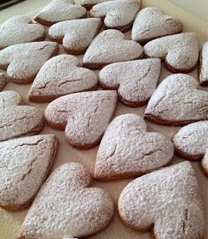Corazones de Canela Mexican Food Recipes, Sweet Recipes, Cookie Recipes, Brownie Cookies, Cupcake Cookies, No Bake Desserts, Just Desserts, Cinnamon Love, Mexican Bakery