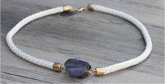 Una original idea para hacer un collar con una piedra y un trozo de cuerda, como puedes ver el resultado es un collar handmade de lo más chulo. #handmade #diy #manualidades #bisuteria