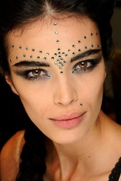 Dramatic eyes are the make up trend of the Spring/Summer 2013 Haute Couture Fashion Shows - Jean Paul Gaultier HC S/S 2013 Festival Makeup Glitter, Glitter Makeup, Rhinestone Makeup, Glitter Lips, Makeup Fx, Hair Makeup, Jean Paul Gaultier, Make Carnaval, Couture Makeup