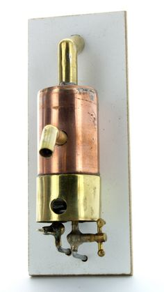 varmtvandsbeholder med rør og vandhane