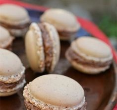 Macarons cu crema de ciocolata, migdale si nuca - imagine 1 mare Romanian Desserts, Romanian Food, Romanian Recipes, Macarons, Cake Recipes, Dessert Recipes, Dessert Ideas, Cookie Swap, Pastry Cake