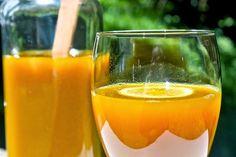 Jugo para desintoxicar los intestinos con naranjas: Ingredientes: Zumo de dos naranjas. 7 fresas. 3 duraznos sin el carozo (un durazno no es lo mismo que un melocotón. El carozo es la capa gruesa y rugosa que protege la semilla del durazno) Modo de elaboración: Colocar los ingredientes en la licuadora una vez limpios. Mezclamos. Modo de consumo: Bebe inmediatamente tras su preparación. Espera una hora para desayunar.