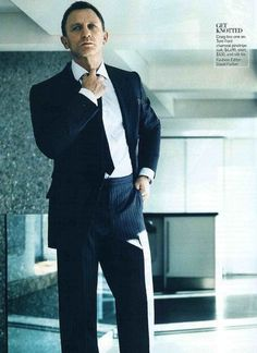 Daniel Craig, pretty much the male fashion standard bearer. The fact that the pants have no belt or belt loops draws further attention to the contrasts of the shirt, tie, and pants even more so Craig Bond, Daniel Craig James Bond, Rachel Weisz, Fashion Mag, Mens Fashion, James Bond Actors, Daniel Graig, James Bond Style, Charming Man