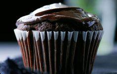 Små kager bagt i forme er ikke til at stå for. Prøv vores tre søde varianter af muffins, en til de voksne, og to, som både store og små vil elske.