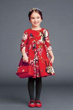 rote Handtasche Mädchen Accessoire breites Kleid von Dolce und Gabbana