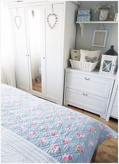 Glorious Shabby Living & Crochet You'll Love A gorgeous shabby chic bedroom with floral shabby bedding and white bedroom furniture. Cottage Shabby Chic, Shabby Chic Interiors, Shabby Chic Bedrooms, Shabby Chic Homes, Shabby Chic Style, Shabby Chic Decor, Rustic Decor, White Bedroom Furniture, Shabby Chic Furniture