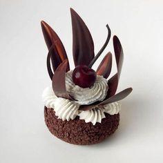 """Recette de forêt noire revisitée en """"choux forêt-noire"""" par le chef Philippe Urraca, Meilleur ouvrier de France pâtisserie. Une vraie tuerie !"""