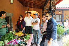 El Chef Manu Arriaga da indicaciones para los asistentes en su participación para la elaboración de la comida con ingredientes precolombinos. El es el autor de la #Nuevacocinapopularmexicana