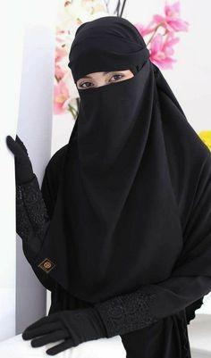 Look how beautiful women are when they were in niqab. Hijab Niqab, Muslim Hijab, Mode Hijab, Muslim Women Fashion, Islamic Fashion, Arab Girls Hijab, Muslim Girls, Beautiful Muslim Women, Beautiful Hijab
