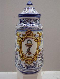 #Ceramica de #Talavera. Tarros de farmacia ( #albarelos )inspirados en piezas antiguas. Símbolo de farmacia inscrito en cartela  #CentroCeramicoTalavera. #Artesania