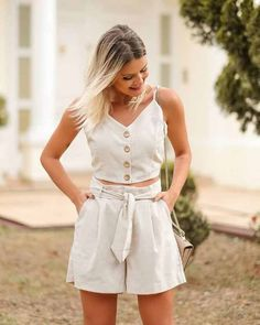 Minimal Fashion, Love Fashion, Girl Fashion, Fashion Outfits, Look Con Short, Fast Hairstyles, Pleated Shorts, Classic Style Women, Style Clothes
