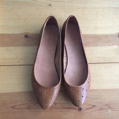Madewell holepunch flats brown leather Size 6. Madewell holepunch sidewalk skimmer flats in brown leather. These shoes are so classic and beautiful!! These are great condition, but have been worn. Please see photos for condition. Madewell Shoes Flats & Loafers