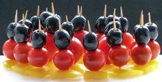 Gemüsespieße in schwarz-rot-gold - schwarze Olive, Tomate, gelbe Paprika