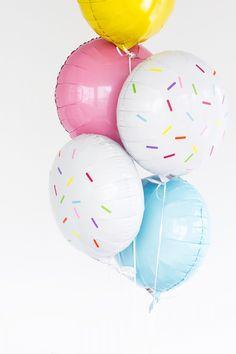 Personaliza tus globos con calcomanías de colores, quedaran preciosos. #DecoeacionConGlobos