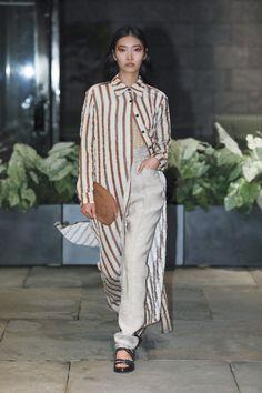 """Colección Ready-to-Wear de Rachel Comey primavera-verano 2018. Semana de la Moda de New York. Con sus diseños Comey insiste en una """"personalidad única"""". Rachel Comey nos muestra que mujer tiene que autoexpresarse e impresionar; y si para esto hay que llevar prendas de organza mezclada con dril de algodón o tejidos cruzados y los volumenes expansivos - pues se lleva.  #moda #estilo #fashion #style #design #trendy #lookbook #fashionweek #collection #newyork #readytowear #rachelcomey #spring18"""