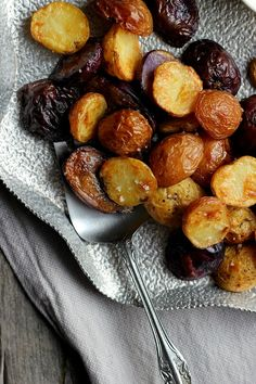 Salt + Vinegar Roasted Potatoes with Turmeric Honey Mustard ⎮ happy hearted kitchen Más Cooking With Turmeric, Turmeric And Honey, Vegan Snacks, Vegan Recipes, Cooking Recipes, Potato Recipes, Side Recipes, Whole Food Recipes, My Favorite Food