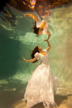 Underwater Photography - Trash the Dress Wedding Planning Ideas Etiquette Bridal Guide Magazine Underwater Photoshoot, Underwater Model, Underwater Pictures, Underwater Art, Underwater Photography, Art Photography, Fashion Photography, Underwater Wedding, Wedding Photography