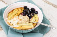 Havermoutpap-banaan-zwarte-bessen-1 Oatmeal, Vegan, Breakfast, Food, The Oatmeal, Morning Coffee, Rolled Oats, Essen, Meals