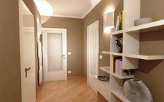 Porta nelle tinte del grigio abbinata a pavimento nelle tinte chiare.