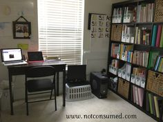 uses the epidit shelving as a room divider-- holds scrapbooks on bottom shelf too Book Organization, Classroom Organization, Organizing, High School Hacks, School Tips, School Resources, School Ideas, Ikea Expedit, Home Schooling