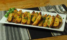 O garnitura delicioasa pentru orice tip de friptura, usor de gatit, o obtineti preparand savurosii Cartofi wedges cu oregano si usturoi. Se pot servi si ca atare langa o salata verde simpla. Ingrediente Cartofi wedges cu oregano si usturoi: 2 3/4 cani apa 4-5 linguri ulei 1 lingurita oregano uscat
