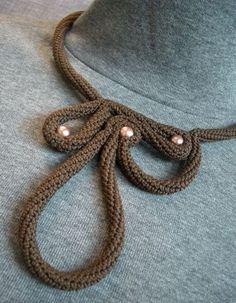 Para poder realizar cualquier proyecto con el tricotín en muchas ocasiones necesitamos darle un acabado que dé forma al cordón de manera que se adapte a nuestras necesidades. Existen diferentes for…