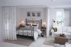 Светлая гостиная с перегородками из штор