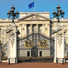 This is the Buckingham Palace. Where the King, Queen, Prince, and Princess' of England live. Buckingham Palace is a very highly important building for the people of England. Palais De Buckingham, Buckingham Palace London, Buckingham House, Oh The Places You'll Go, Places To Travel, Places To Visit, Bratislava, Photo Images, Thinking Day