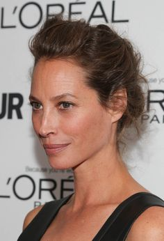 This loose updo on Christy Turlington Burns put all the spotlight on her complexion, which was almost devoid of makeup. Knot Bun, Top Knot, Easy Braided Updo, Vintage Updo, Loose Updo, Fred, Elegant Updo, Christy Turlington, Trending Hairstyles