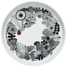 The Oiva/Siirtolapuutarha platter is the ideal size for serving a colorful legume salad, roast, or birthday cake for your favorite friend. Sami Ruotsalainen designed the elegant platter and Maija Louekari's wondrous Siirtolapuutarha garden drawing decorat Marimekko, Ceramic Plates, Decorative Plates, Painted Plates, The Home Edit, Scandinavia Design, China Painting, Bold Prints, Serving Platters