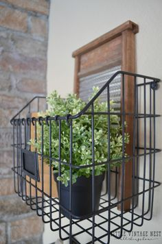 The current farmhouse style isn't only for rooms. The actual farmhouse design completely reflects the complete style of the home and the family tradition also. This totally reflects the entire style… Hanging Metal Baskets, Wire Basket Decor, Wire Wall Basket, Vintage Wire Baskets, Home Decor Baskets, Basket Decoration, Baskets On Wall, Farmhouse Style Decorating, Farmhouse Design