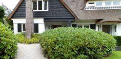 Chique villatuin - rhododendrons en varens bij de entree van de villa. Outdoor Gardens, Villa, Exterior, Outdoor Decor, Home Decor, Shabby Chic, Decoration Home, Room Decor, Outdoor Rooms