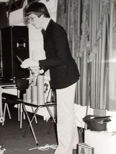 Een optreden van de jonge goochelaar Aarnoud Agricola op een sinterklaasfeest van Rijkswaterstaat in Apeldoorn.
