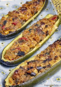 Tasty vegetarian stuffed zucchini, light and delicious, they are suitable for everyone and are a perfect idea for a second summer dish, but they can also be served as a delicious appetizer! Discover our recipe! Vegetable Recipes, Raw Food Recipes, Veggie Recipes, Vegetarian Recipes, Cooking Recipes, Antipasto, Zucchini Boats, Stuffed Zucchini, Menu Dieta