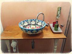 Retro-Look Waschtisch mit einem originellen Waschbecken aus Mexiko von…