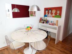 O aparador ao fundo também serve de bar, nesta sala de jantar projetada para um casal jovem pela arquieta Juliana Savelli