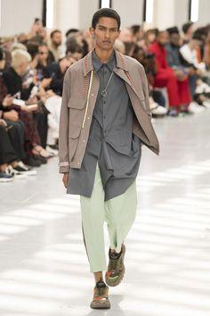 Valentino Spring 2020 Menswear Fashion Show - Vogue Male Fashion Trends, Men's Fashion, Fashion Outfits, Fashion Design, Paris Fashion, Seoul Fashion, Fashion Menswear, Tokyo Fashion, Fashion Weeks